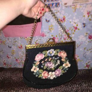 En jätte söt äkta vintage väska💕⭐️ köpt secondhand. Väskan är i väldigt fint skick och kan fraktas om köparen står för frakten. Annars möts jag upp i slussen 😊⭐️