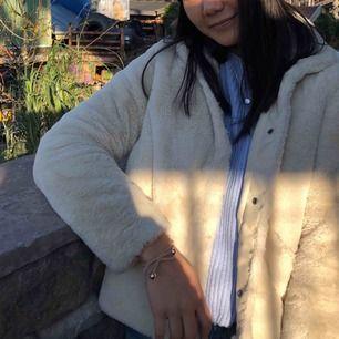 Benvit fluffig jacka från only i fuskpäls. Köpt förra året och använd en höst/vinter. Fint skick. Köparen står för frakt💕✨