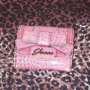 En retro Guess plånbok från i början på 2000-talet.  I mycket fint skick, kan frakta eller mötas upp :)