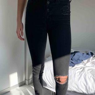 Svarta slitna Hollister jeans!