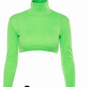 Ribbed Neon Green Crop Top. Aldrig använd! 💚🔫🎾   🚫KONTAKTA MIG FÖF BILDDR TAGNA AV MIG (gäller alla plagg)