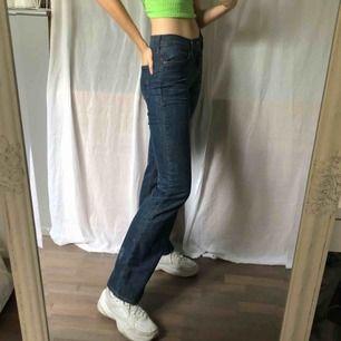 Frakt ingår i priset! Vintage Levi's bootcut-jeans! I superfint skick, känns nästan som nya. Oklart vilken storlek det är med sitter bra / om än lite tajt på mig som normalt har 27-29 på jeans / S-M / 36-38.