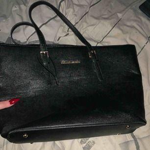 Stor svart väska som får platts med dator och allt, använd ett fåtal gånger men bra skicka vid snabbt köp kan priset gå ner  Köparen står för frakten