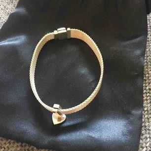 Armband med berlock Pandora 17 cm lång Ny armband kostar 500 kr plus berlock 250 Mitt pris 400 för komplett