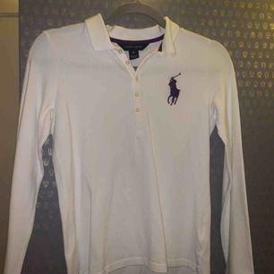 En fin vit tröja från Ralph Lauren, inte använd mer än 2 gånger. Den är i storlek XL men skulle själv säga att den är i storlek S.💖 Pris: 140 sek + frakt