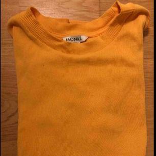 En gul t-shirt från Monki inköpt 2018 men har inte använts så mycket.      Tar bara Swish/ Fraktar bara