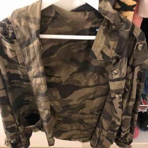 En jättefin kamouflage skjorta/jagcka från Gina. Strl 34/36