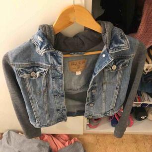 Supersnygg jeansjacka med hoodie inuti, super len och mysig. Från hollister