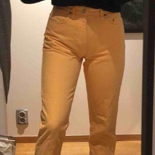 Ett par asballa gula jeans med raka ben från blue family. Säljer då det inte riktigt är min stil. Står W32 men passar mig som har W29. Möts upp eller så står köparen för frakt.