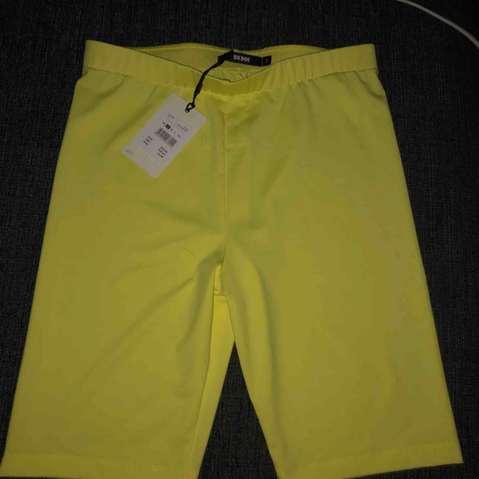 Oanvända neon gula cykelbyxor. Lappar sitter kvar så helt nya ☺️. Shorts.