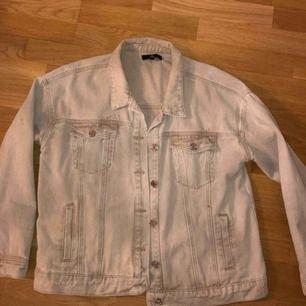 Beige jeans jacka från pretty little things använd ett fåtal gånger bara