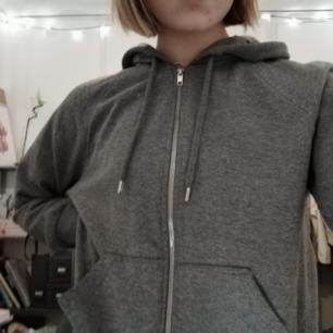 Säljer denna helt vanliga gråa koftan från Monki. Har tyvärr inte kommit till användning då jag föredrar hoodies, därför i gott skick. 🖤