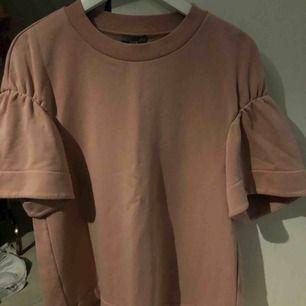 En fin tröja i tjockare material med fina markeringar vid axlarna