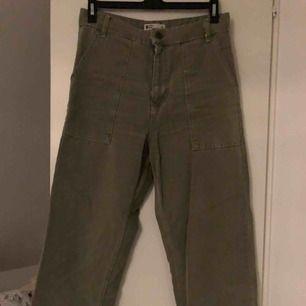 Vida jeans med stora fickor från Gina Tricot! I väldigt bra skick