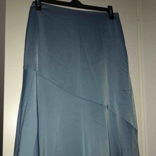 Silkeskjol i en fin blå färg, lite längre på ena sidan (se bild 2)