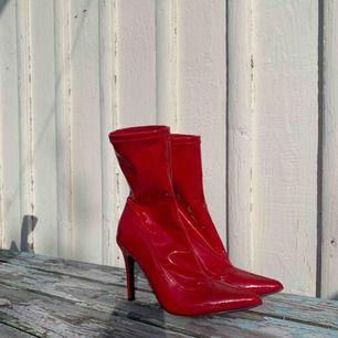 Högklackade röda skor i lack! Huuur snygga som helst!