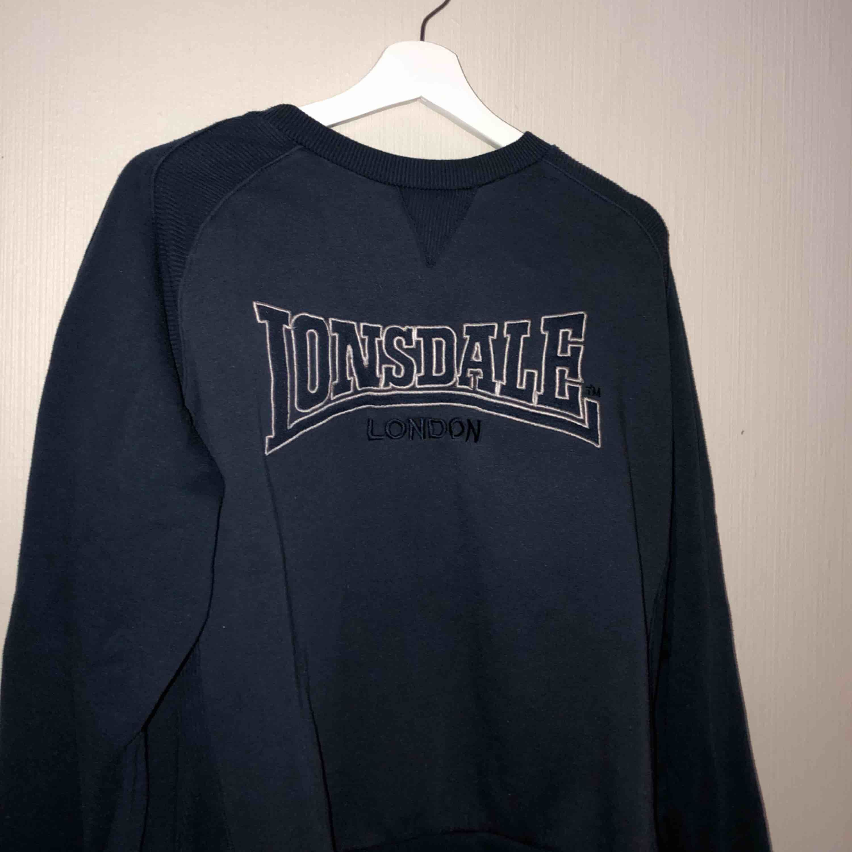 Vintage marinblå Lonsdale sweatshirt. Modellen är oversized. Frakten är inkl i priset. 🔥. Huvtröjor & Träningströjor.