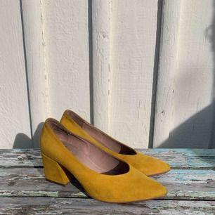 Mina finaste skor!! Använda 1 gång. Gul mocka från K.cobler över 1000kr i nypris.