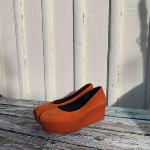 Dösnygga skor i orange mocka med platå. Från vagabond, knappt använda. Står 36 i storleken men jag upplever den som en 37.