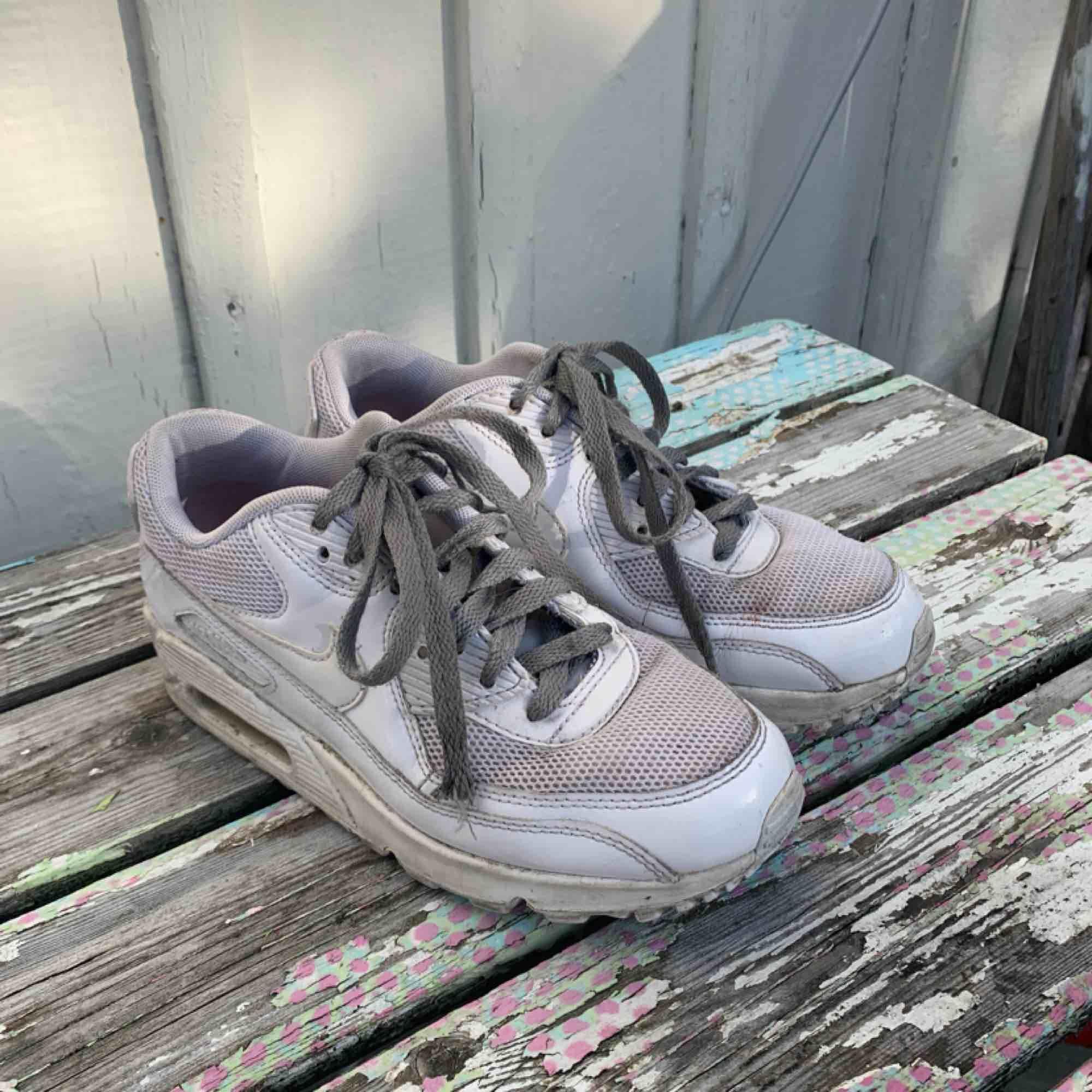 Nike air max vita med gråa snören (lätt att byta till vita) fint begagnat skick! . Skor.