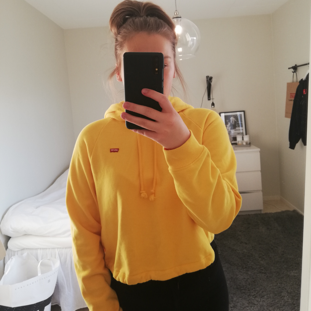 Superfin gul hoodie från Levis!💛💛Riktigt bra skick då den knappt är använd. Ett band i midjan som går att justera. Nypris ca 650kr! Fri frakt! Hör gärna av dig vid Intresse. . Huvtröjor & Träningströjor.