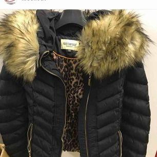 Säljer min äkta Roco baroco jacka med äkta päls för 700kr jag säljer denna då den är för liten för mig! Den är i väldigt bra skick då jag använde den under endast 1 vinter!!