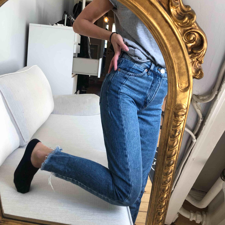 Raka jeans med sliten effekt + två olika jeans tyg. . Jeans & Byxor.