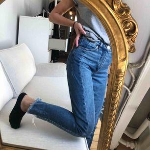 Raka jeans med sliten effekt + två olika jeans tyg.