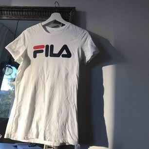 T-shirt från Fila. Storlek L men sitter som en S. Frakt på 40kr tillkommer som brev/ 63kr spårbart :)