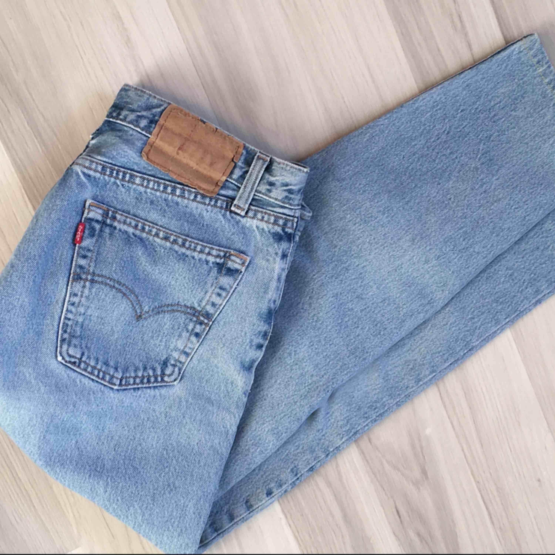 Ett par SKIT SNYGGA vintage straight leg levis jeans 😍 ljusblå i färgen och är lite bredare vid höfterna och mindre vid midjan vilket är SÅ bra för en del tjejer! 💕 bra kvalite också!! Ungefär en W30L29. Jeans & Byxor.