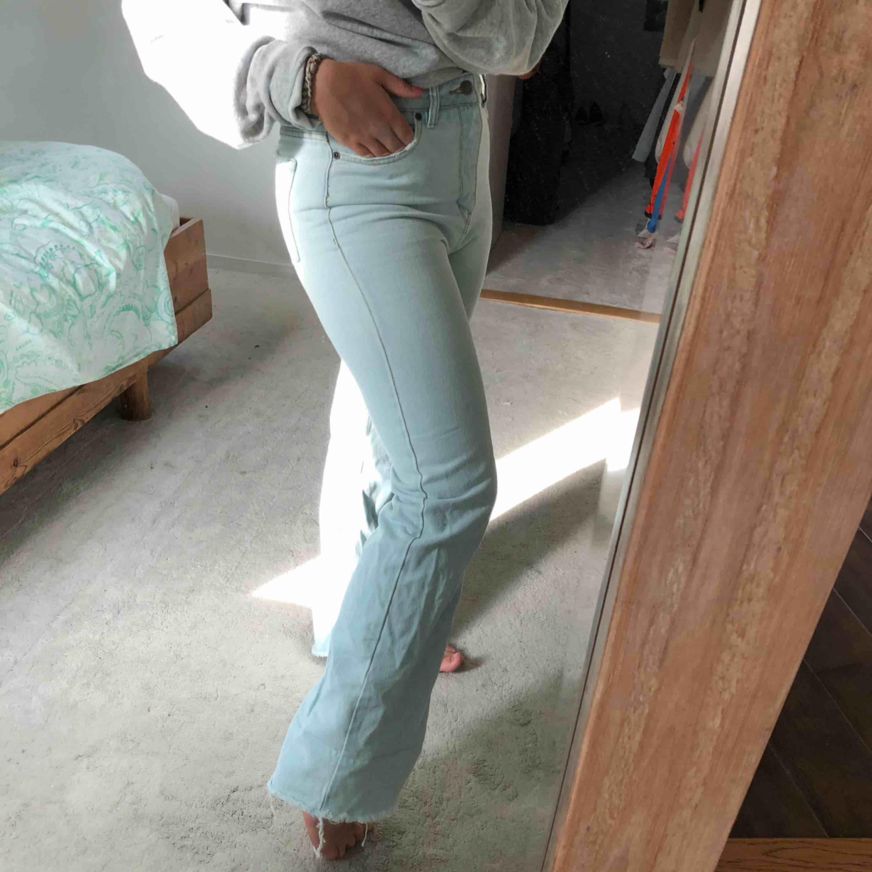Ett par jeans från Surf Dive 'n Ski från märket rvca som är köpta i Australien, säljer dem pga att dem lite för små för mig men dem är super snygga! (den som buda 300kr får gärna kontakta mig annars säljs dem vidare). Jeans & Byxor.