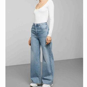 Säljer mina jeans från weekday som tyvärr är lite för långa på mig, knappt använda ( köparen står för frakten)
