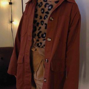 💩mörkbrun jättefin höst jacka från Monki! Passar perfekt nu till hösten. Aldrig använd! Nypris-400kr.