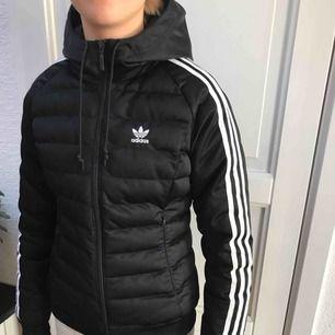 Superfin Adidas jacka säljes!  Fodrad, varm och snygg jacka som är i nyskick.  Köpte den för 1000kr    Kan skickas men då står köparen för frakten! 😊