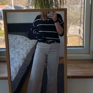 Wide Leg Corduroy Trousers från Monki i beige Säljer mina finaste byxor pga för små! Vida ben, hög midja, och fin manchester och neutral beige färg.