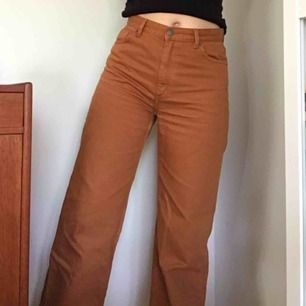 Säljer dessa fina bruna jeans då de inte kommer till användning. De är bra längd på mig som är 167, men funkar även på någon lite längre/kortare. Priset går att diskuteras pga en fläck på knät som jag inte vet om den går bort! Jag kan mötas upp och posta!