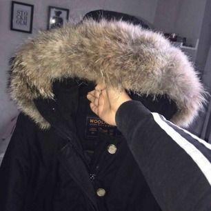 Nu säljer jag min woolrich dam jacka som är knappt använd, jag köpte förra vintern, kvitto och galge hänger med. Köpte två jackor förra året därav fick den här stå i garderoben... snabbt köp kan priset diskutera