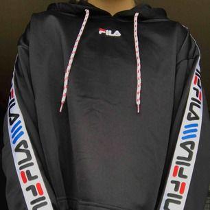 En jättefin hoodie från fila, köpt på junkyard för 800kr!  jag säljer för 350, frakt tillkommer. Nyskick, använd kanske 2/3 gånger max. Pris kan diskuteras vid snabb affär💞