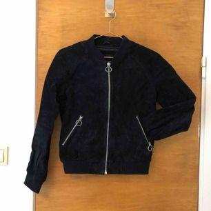 Mörkt, mörkt blå mockajacka i storlek XS, märke Never Denim. Använd fåtal gånger. 100% läder.   Kan mötas upp i Norrköping.