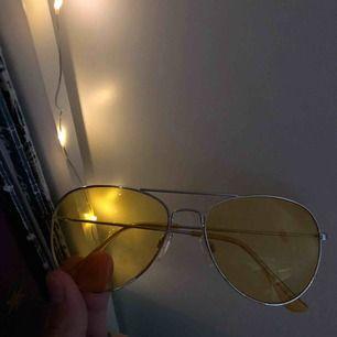 Snygga solglasögon köpta på Monki, frakt tillkommer och kostar 24kr (obs om man vill ha spårbar frakt kostar det 42kr)