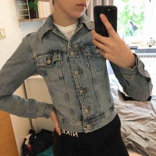 Jättefin jeansjacka från Crocker i storlek xs. Tight modell. Välanvänd men snyggt sliten.   Kan mötas upp i Norrköping.