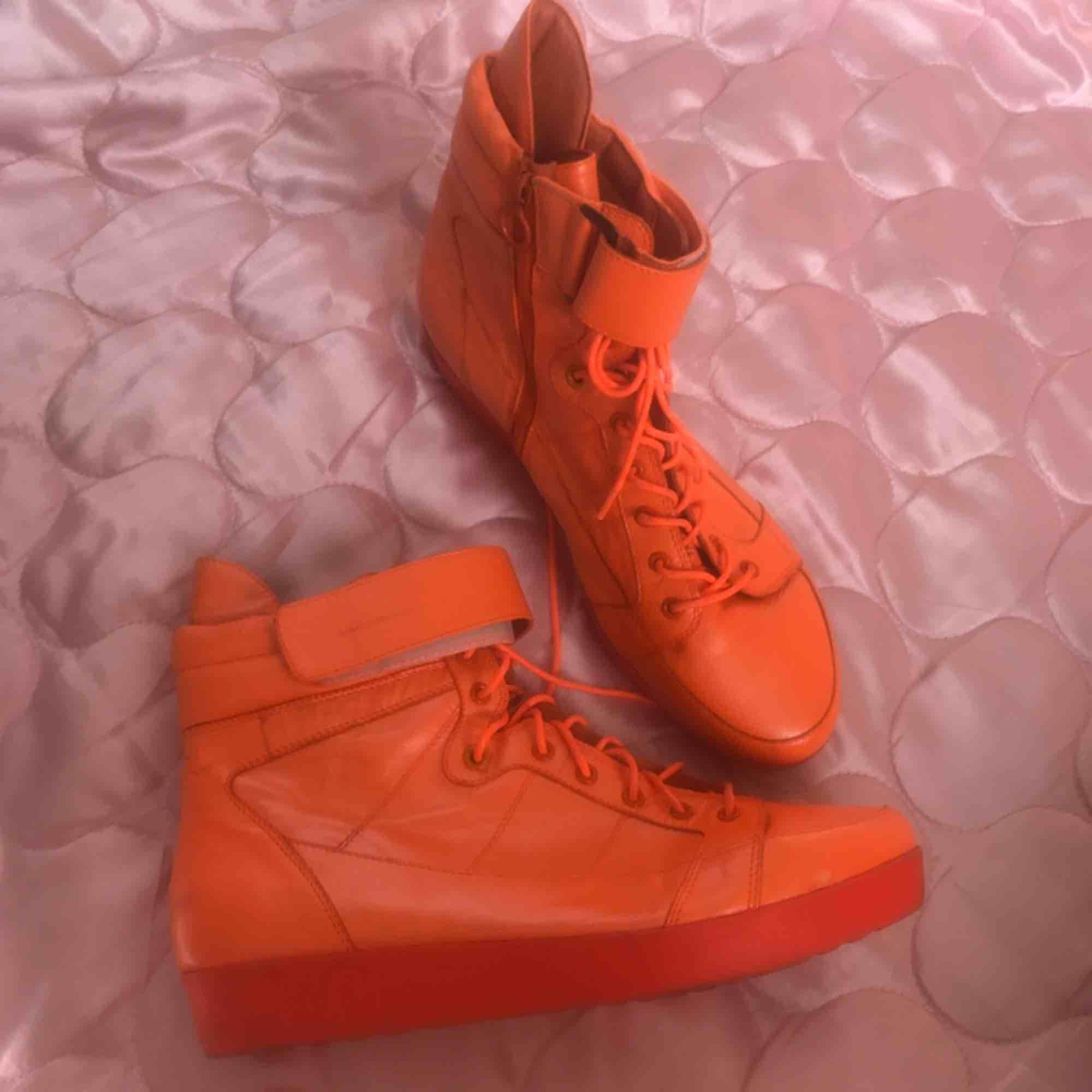 Neon orangea Vagabond Platform sneakers i strk 40! Mkt fint skick. DMa för köp, frakt tillkommer el möts upp i Sthlm 🧡. Skor.