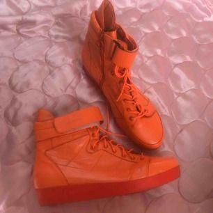 Neon orangea Vagabond Platform sneakers i strk 40! Mkt fint skick. DMa för köp, frakt tillkommer el möts upp i Sthlm 🧡