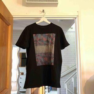 Snygg tshirt från nudie jeans i bra skick, storlek L men kan passa M också (lite oversize)