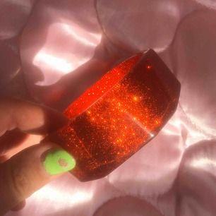 Glittrigt rött armband köpt för längesen på Tjallamalla i Sthlm. 7cm i diameter. DMa för köp! Frakt tillkommer alt möts upp i Sthlm 💋❤️🍎🍓🍒🌶