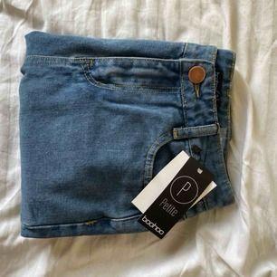 Mom jeans från Boohoo, aldrig använda.  I modell Pettie, perfekt längd på jeansen för dig som är mellan 1.57-1.65 storlek 36.   Kan mötas upp i Linköping eller så skickar jag och du som köpare står frakt.