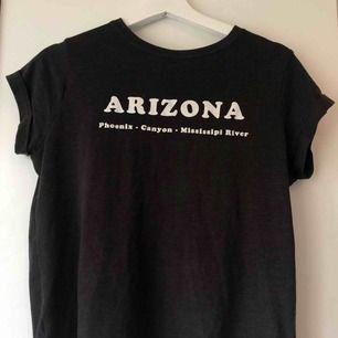 """T-shirt med trycket """"Arizona"""" på från MANGO. Använd fåtal gånger. Storlek M men passar även S, 30kr. Frakt tillkommer på 42kr."""