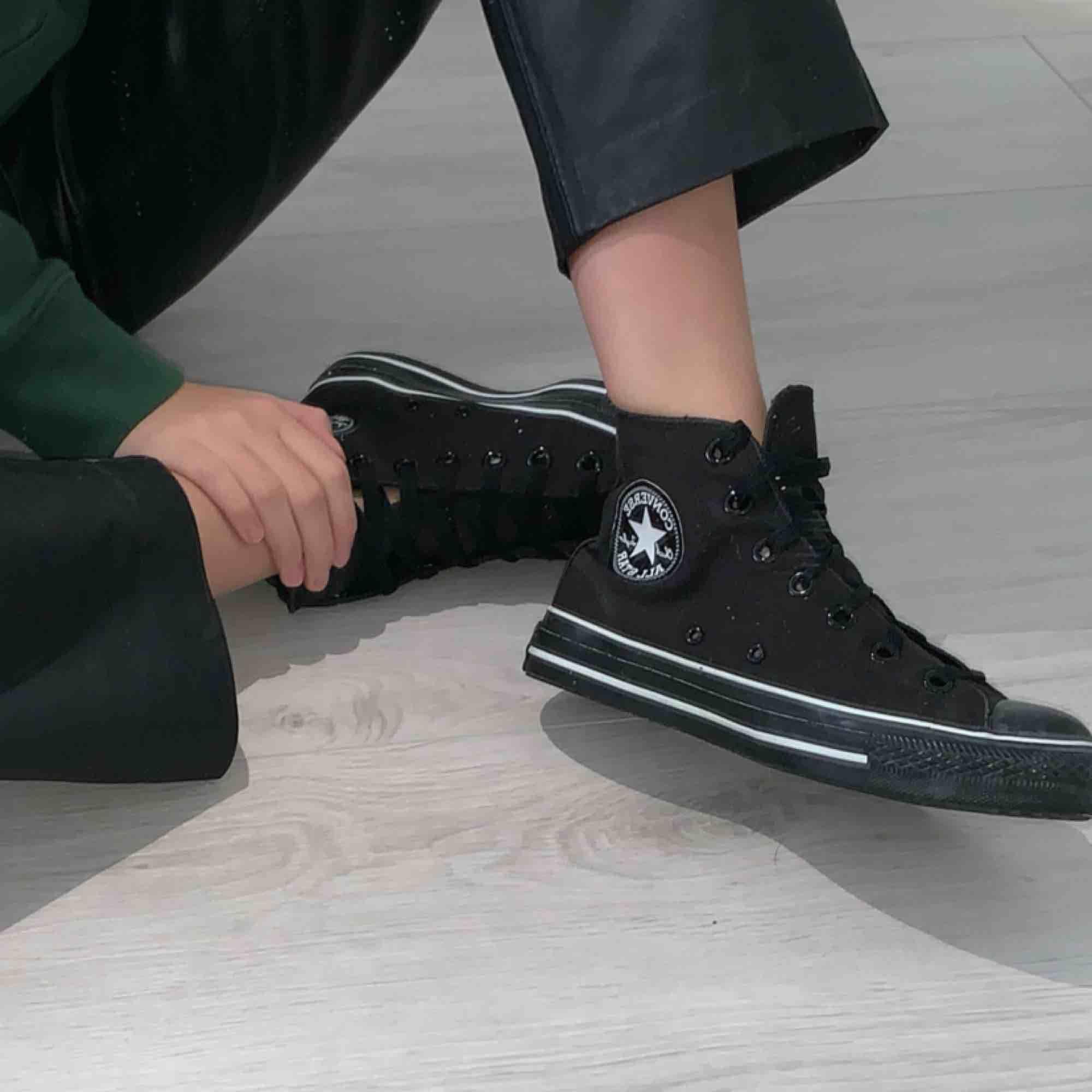 Säljer dessa sjukt snygga svarta Converse med vita sömmar. Jag har aldrig använt dem så därför är dem helt nyskick! Frakt tillkommer 😄. Skor.