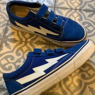 Säljer ett par blåa Revenge x Storm velcro, köpta ca 1 år sen,  mycket bra skick, Möts upp i stockholm men kan även frakta