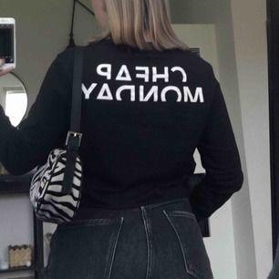 Snygg och basic svart långärmad tröja. Croppad (har inte klippt själv) och med ett supersnyggt tryck på baksidan